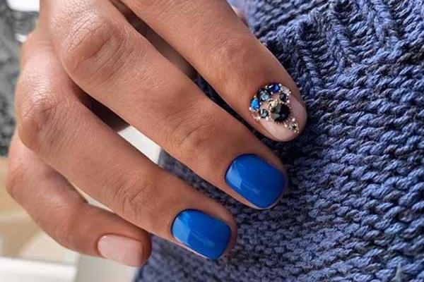 Маникюр в модном синем цвете