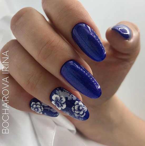 Синий с рисунком на двух ногтях