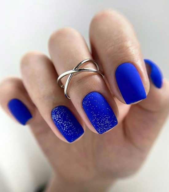 Маникюр в классическом синем цвете
