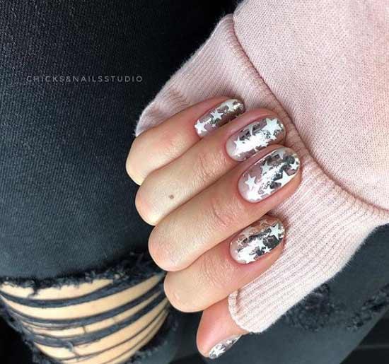 Блестящий зимний маникюр короткие ногти