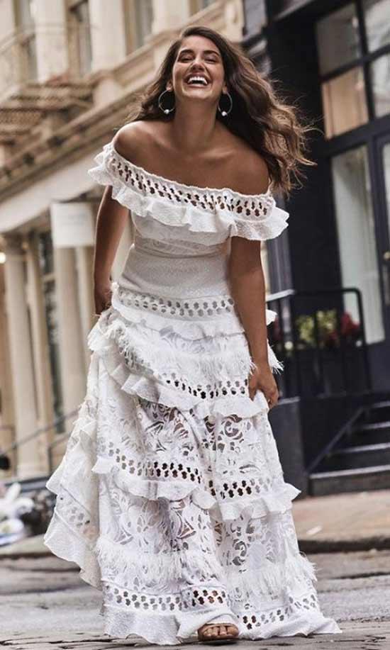 Длинное белое платье с нежным кружевом