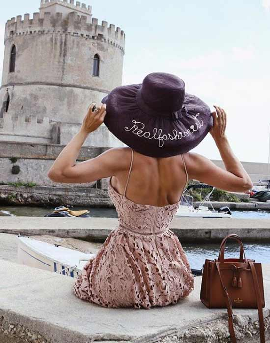 Кружевное платье со шляпой
