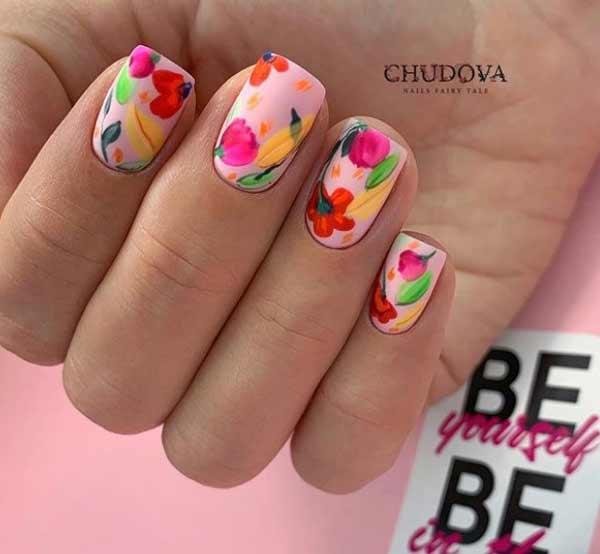 Яркий цветочный дизайн ногтей на весну