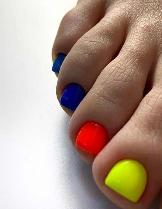 Разного цвета ногти ног