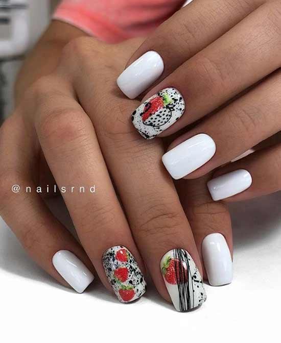 Белый маникюр с ягодами