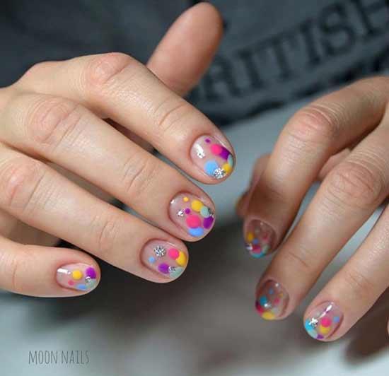 маникюр с цветными кружочками