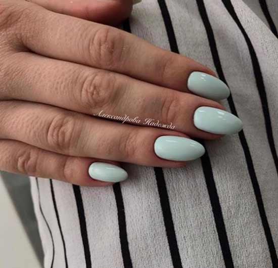 Однотонный мятный на ногтях
