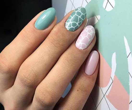 Мятный принт на ногтях