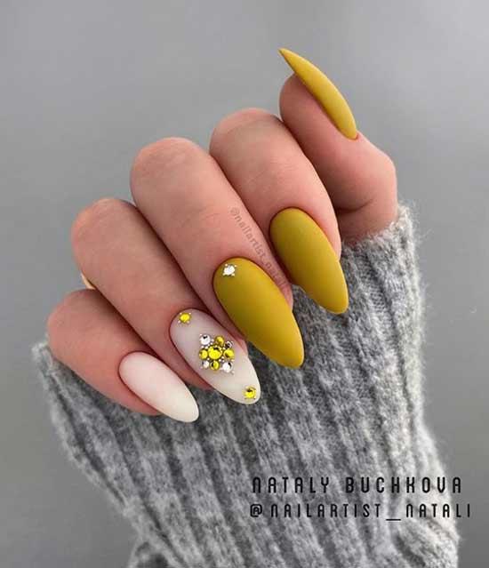 Двухцветный дизайн острых ногтей