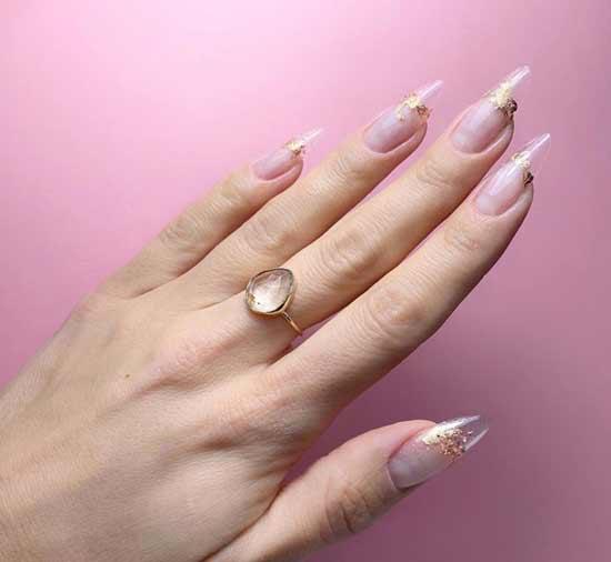 Дизайн миндалевидных ногтей с блестками