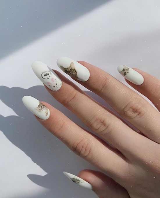 Белый дизайн ногтей с надписями