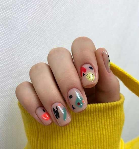 Яркие рисунки на нюдовом фоне ногтей