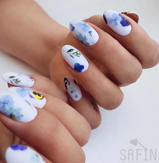 Голубой фон ногтей и наклейки цветы