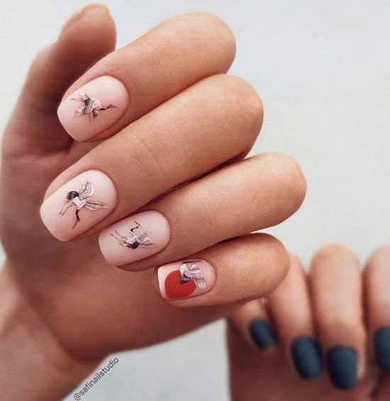 Короткие ногти с дизайном наклейки
