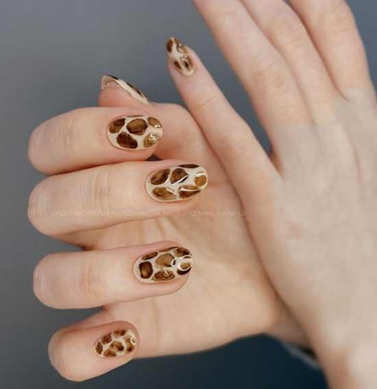 Коричневый леопардовый маникюр