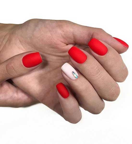 Красно-белый на коротких ногтях