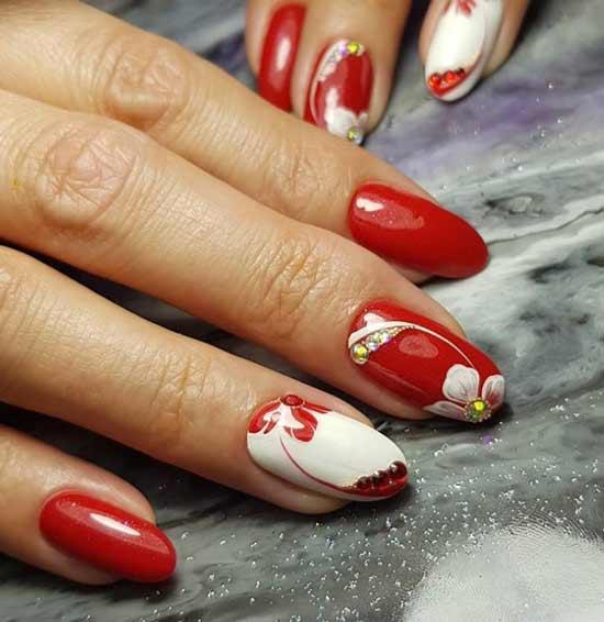 Красный маникюр с белыми цветами