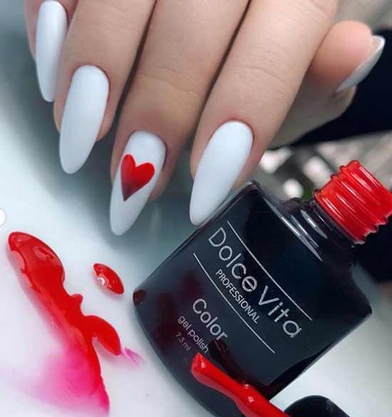Длинные белые ногти с красным сердечком