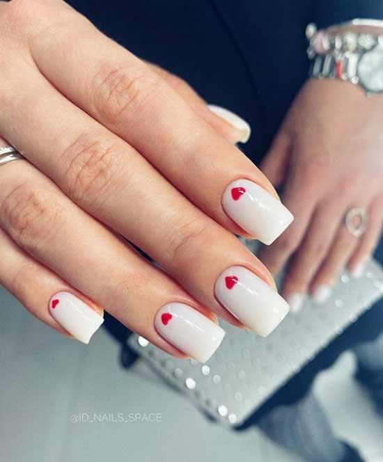 Белый с красными сердечками