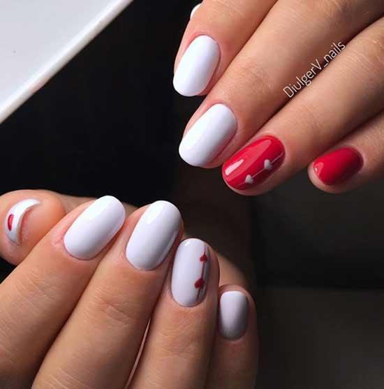 Одна рук красный лак другая белый