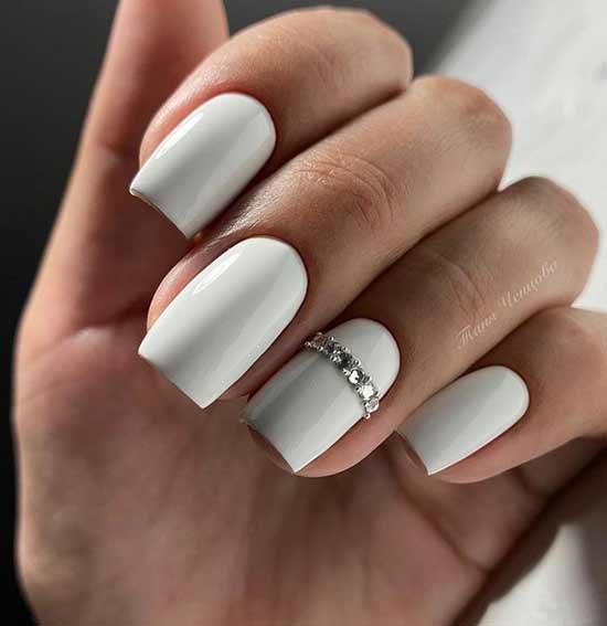 Серо-белый цвет со стразами
