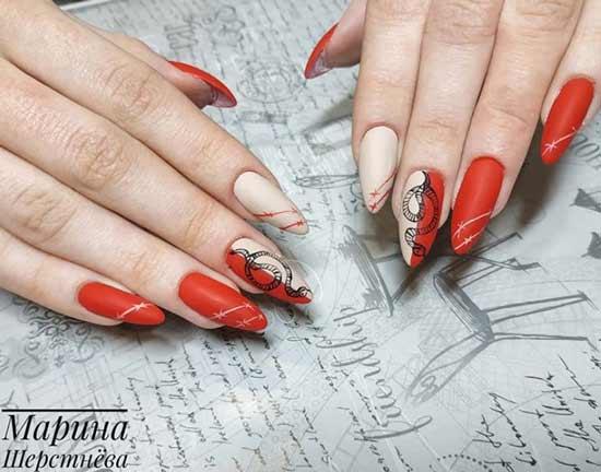 Змея на красных ногтях фото