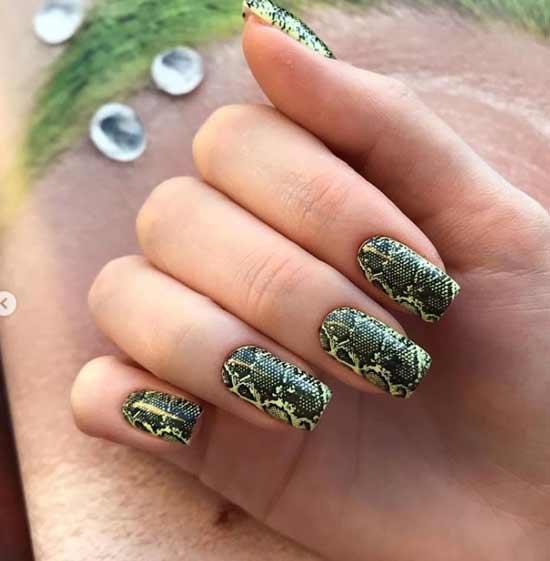 Змеиный принт в зеленом цвете на ногтях