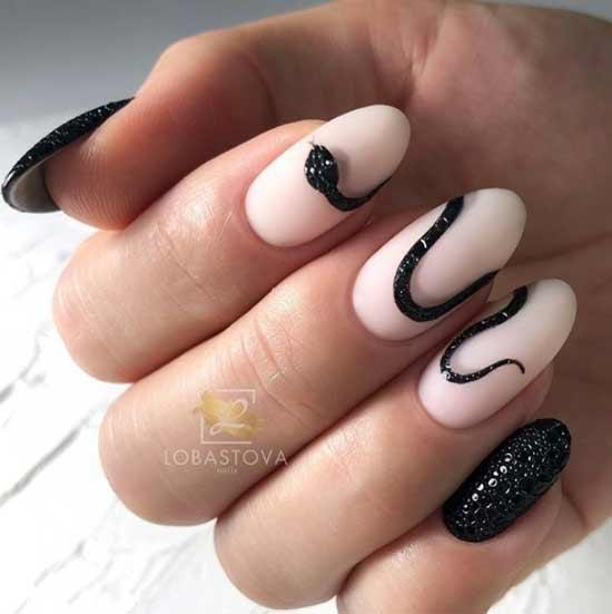 Черная змея на ногтях
