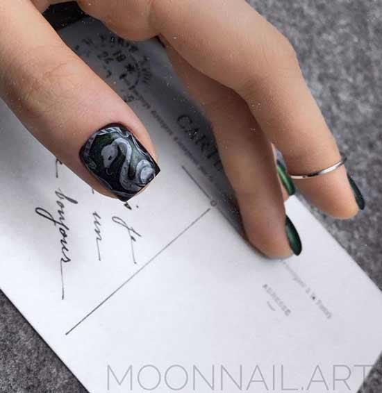 Рисунок змеи в тон черному покрытию ногтей