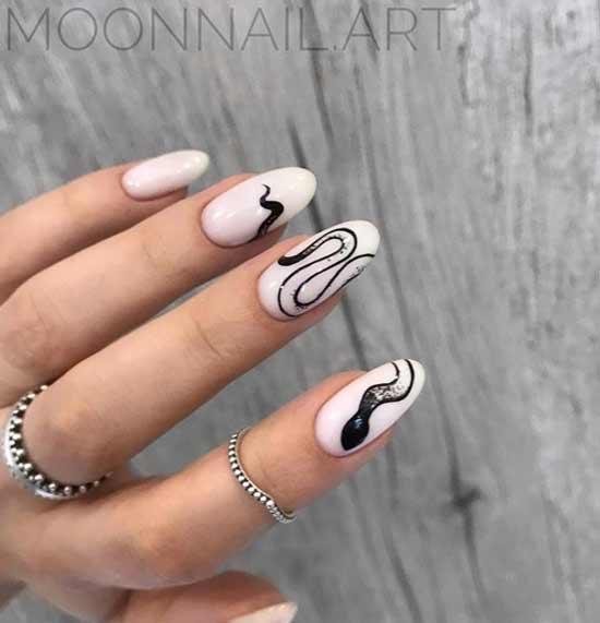 Змея с блестками на белом фоне