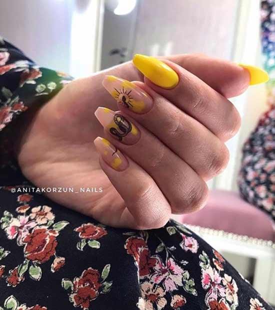 Черная змея на желтых ногтях фото