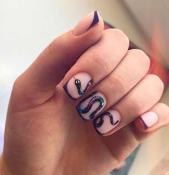 Темный френч-маникюр со змеей