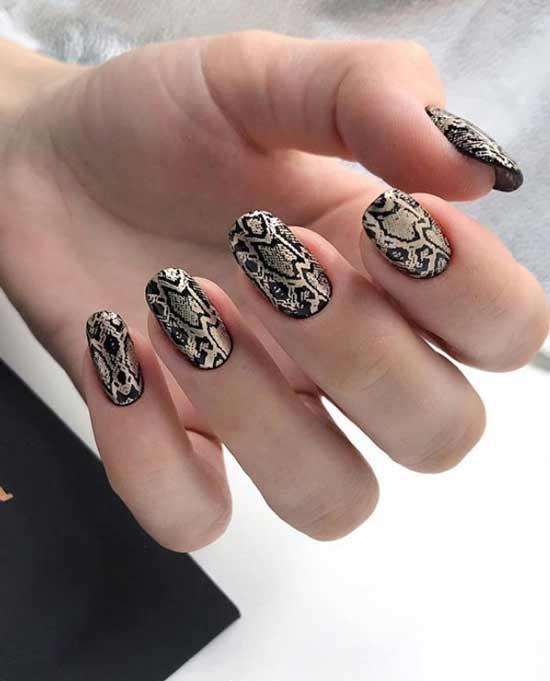 Золотистый змеиный принт ногти