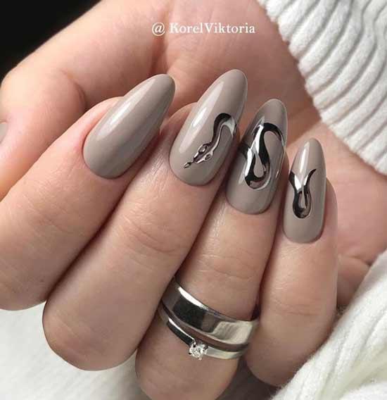 Серебристая змейка ногти