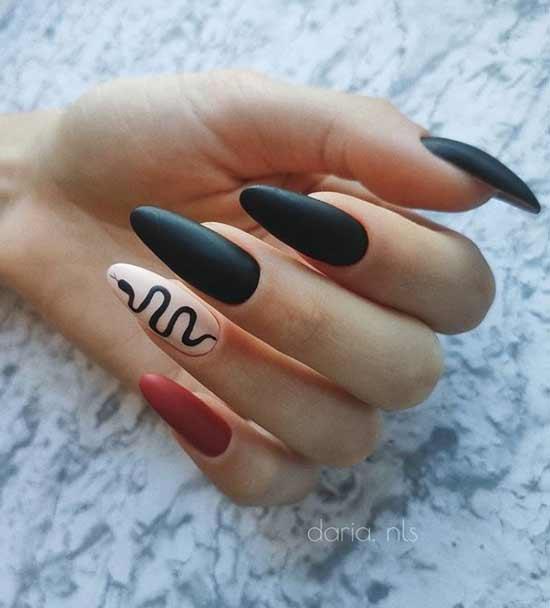 Черная змея на одно ногте
