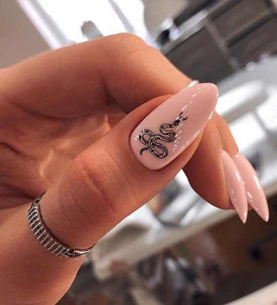 Змея на большом ногте