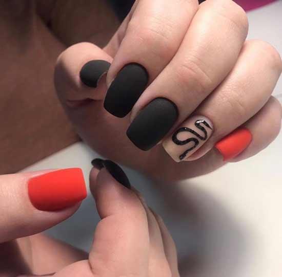 Блестящая змея на матовых ногтях