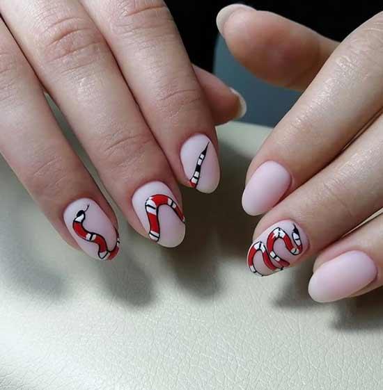 Красная змея на ногтях