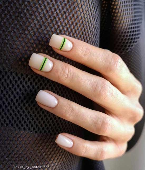 Простые цветные полоски на двух ногтях