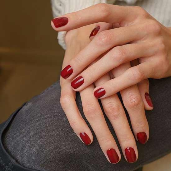 Красные оттенки на коротких ногтях
