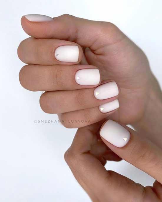 Молочный маникюр короткие квадратные ногти