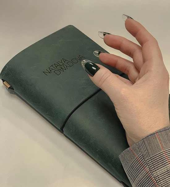 Черные ногти с прозрачным кончиком