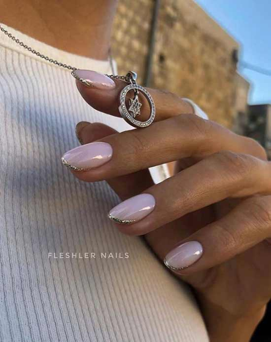 Розовый нюд на загорелых руках
