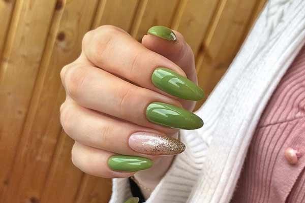 Дизайн с блестками на кончиках ногтей