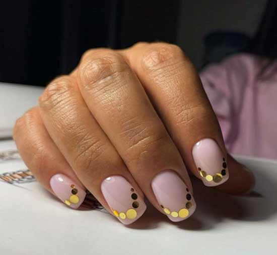 Крупные золотые блестки на кончиках ногтей