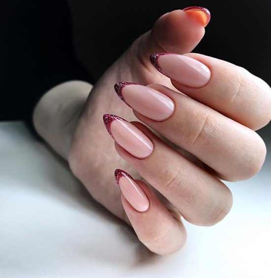 Красные блестки на ногтях
