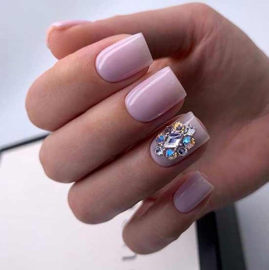 Нюдовый дизайн ногтей со стразами