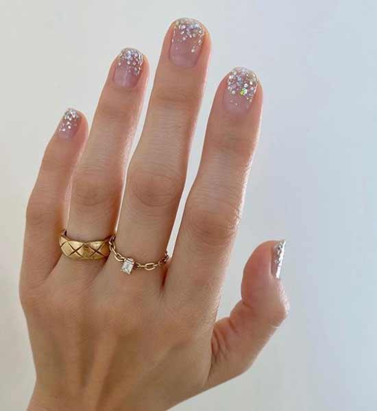 Стразы на прозрачном фоне ногтей