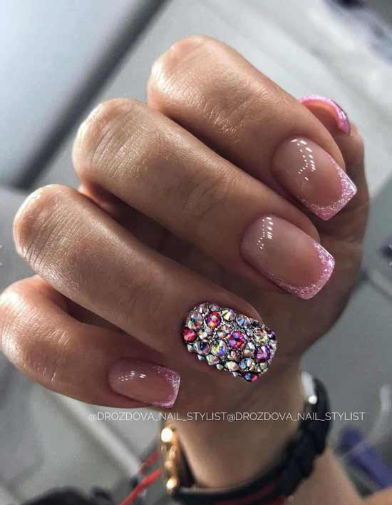 Новогодний дизайн ногтей со стразами