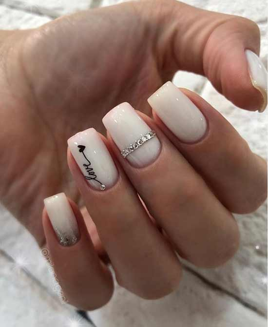 Стразы на молочных ногтях